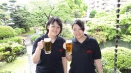 開放感あふれる屋外でビール片手に乾杯