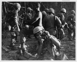 「行進する米兵にカメラを向ける沢田」(撮影年月日不明)などが展示される