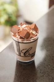 福岡の人気店、チョコレートショップから「チョコレートソフトクリーム生チョコ添え」(501円)も登場する