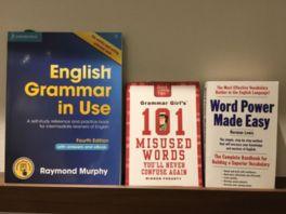 洋書のほかに、日本語で書かれた本も並ぶ