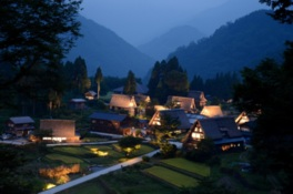 相倉合掌造り集落の風情ある風景がライトアップされ幻想的に光り輝く