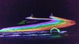 ゲレンデ一面に7色に光り輝くイルミネーションが広がる