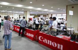会場のブースではカメラやレンズなどを特価で販売する