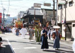 飾り馬や神輿が熊本市内を練り歩く