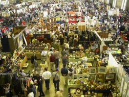 壷や皿をはじめ様々な物品を販売するブースが並ぶ