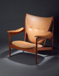 建築家で家具デザイナーだったフィン・ユールが手がけた、彫刻的とも評される椅子