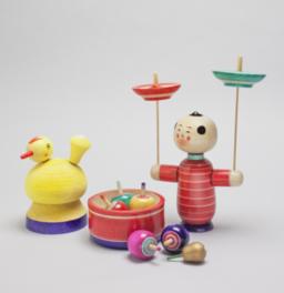 江戸っ子の風俗や流行を多種多彩かつユーモラスに取り入れた独楽の数々を観覧できる