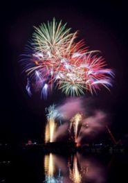 細島商業港に打ち上げられる大迫力の花火