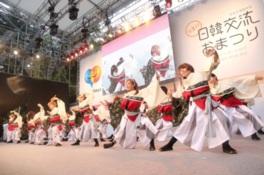 ステージでは両国の伝統芸能パフォーマンスなど様々なイベントを開催