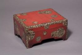螺鈿細工の菓子箱など日本民藝館の所蔵品を中心に展示