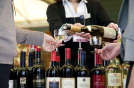 ソムリエ厳選のワインを存分にテイスティングできる