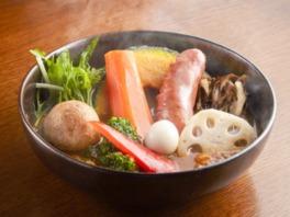 「スープカレーGARAKU」のポークフランクと8品目野菜のスープカレー1381円(各日80食限定)