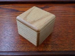 小さな木の小箱など、優しくて暖かい作品が並ぶ