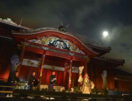 美しい月と人間国宝の華麗な舞いや音楽が堪能できる