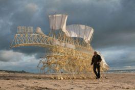 風の力で動く巨大なアート作品「ストランドビースト」