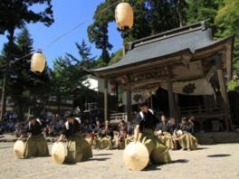 勇壮な笠踊りや優雅な手踊りが披露される