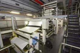 巨大な輪転機での印刷スピードに圧倒される