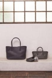 バッグや靴など細部までこだわった様々な革小物が並ぶ
