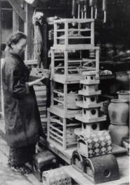 様々な形や材質の暖房器具が見られる