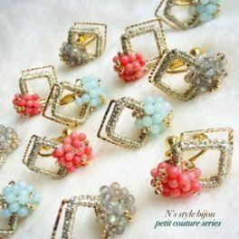フランス刺繍糸、京都組紐、ビンテージボタン、天然石など異素材を丁寧に編み上げている