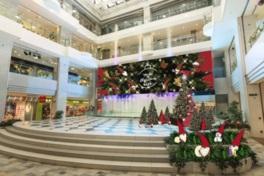 北欧調のクリスマスツリーが並ぶ噴水広場