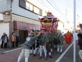 町内を巡行する大人が担ぐ本神輿
