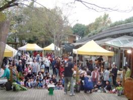 収穫祭は道の駅の中庭にて開催。収穫祭の最後には餅まきも行われる
