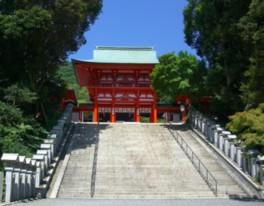 朱塗りの建物が楼門から北神門まで並ぶ