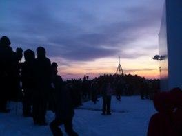 積雪のなか初日の出を待つ見学者たち