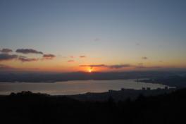 琵琶湖の向こう側から昇る朝日
