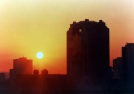 生駒山と信貴山の間から太陽が徐々に姿を現す