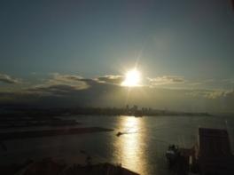 朝日が港町神戸を照らす