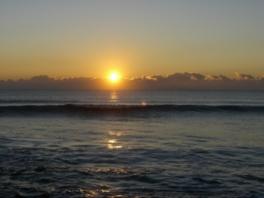 九十九里浜を照らす真っ赤な日の出