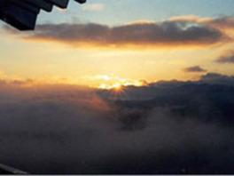 天守閣から神々しい日の出を眺める