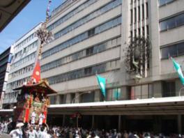店舗前の四条通には祇園祭恒例の山鉾が巡行する