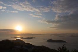 太陽が島々を明るく照らしながら昇る