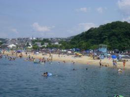 ビーチはクリーム色のサラサラした砂が輝く