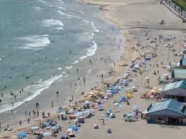 サラサラの白い砂浜が続いている