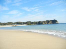 景観も楽しめる広々とした海水浴場