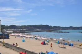 夏場は多くの人で賑わう海岸