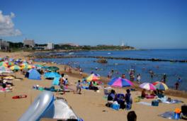 プール状の海は海水浴客でいっぱい
