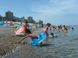 南北1kmに渡るビーチは透明度が高く波も静か