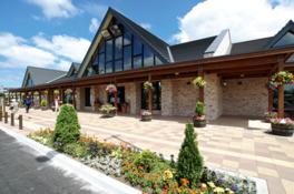 木と石の素材感溢れるセンターハウスとコンサバトリーが目印