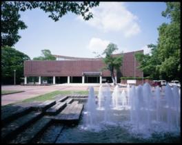 緑豊かな豊橋公園内に立つ美術館