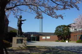 浅井忠の銅像と春には桜が迎えてくれる