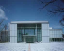 大きなガラス窓を持つ開放感溢れる美術館