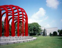 美術館正面に立つ真っ赤な愛のアーチ