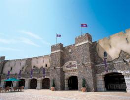 入口にそびえ立つ城壁が冒険へ誘ってくれる