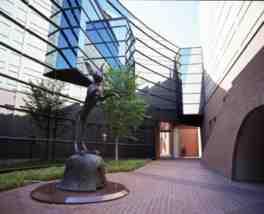 本館西隣には佐藤忠良記念館がある