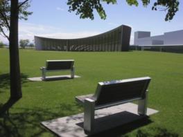 芝生広場の木陰にはベンチも設えている